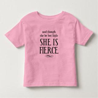 Och fast hon är men lite, är hon våldsam! t-shirts