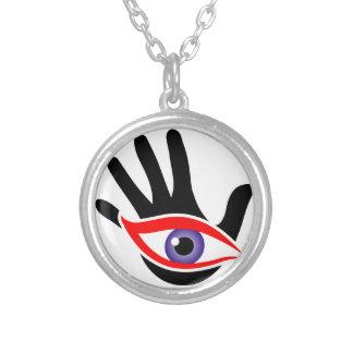 Öga som dyker upp från en handflatan silverpläterat halsband