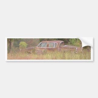 Ogräs & rostade bilen som växer i ett fält bildekal