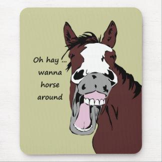Oh önskar hö till hästen runt om rolig häst för musmatta