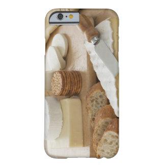 Olikt ostar och bröd på bord barely there iPhone 6 fodral