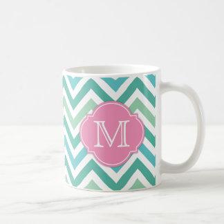 Olikt skuggar av grön sparre med Mongram Kaffemugg
