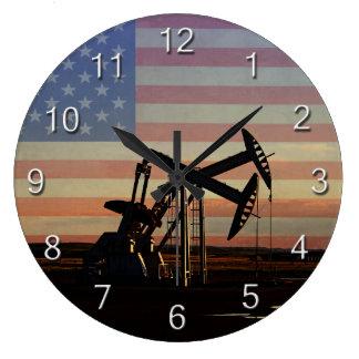 Oljabrunn och amerikanska flaggan stor klocka