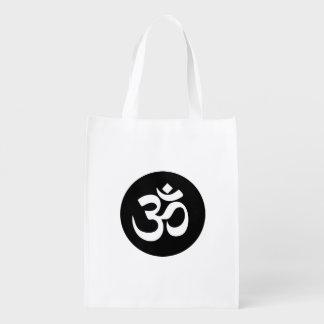 Om-symbolet cirklar återvinningsbart hänger lös återanvändbar påse