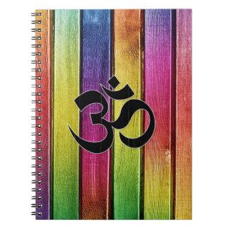 Om undertecknar på multifärgadträ anteckningsbok med spiral