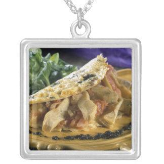 Omelett med dill och grönsaker i silverpläterat halsband