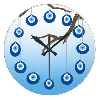 Ond ögaamulett på gren stor klocka