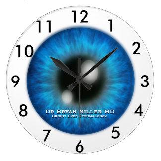 Ophthalmologistanpassningsbar tar tid på stor klocka