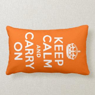 Orange behållalugn och bär på lumbarkudde