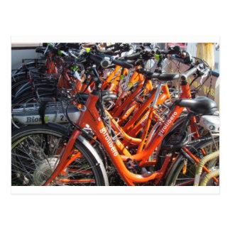 Orange italienare som turnerar cyklar vykort