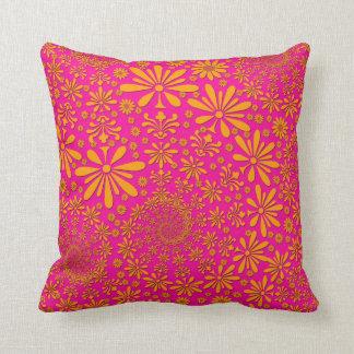 Orange och rosa blommönster kudde