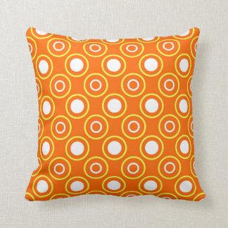 Orange- och vitmönster kudde