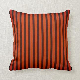 Orange/randig dekorativ kudde för svart