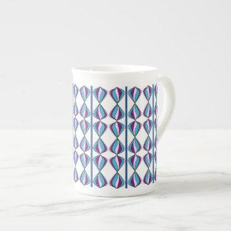 Organisk designmugg i deppighet och lila bone china kopp