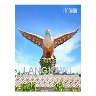 Örnen kvadrerar statyn på stranden i Langkawi Fototryck
