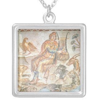 Orpheus som leker till djuren, romersk mosaik silverpläterat halsband