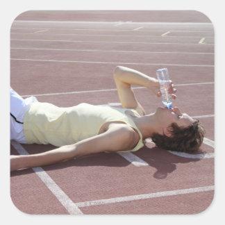 OSidrottsman som 2012 dricker efter tävling Fyrkantigt Klistermärke