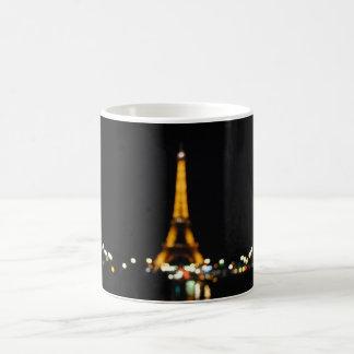 Oskarpt Eiffel torn vid nattmuggen Kaffemugg