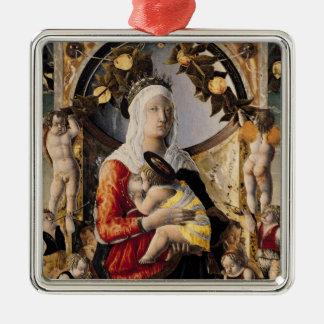 Oskulden och barnet som omges av åtta julgransprydnad metall
