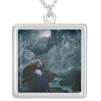 Ossian trollar upp andarna silverpläterat halsband