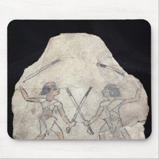 Ostrakon som visar två manar som slåss med musmatta