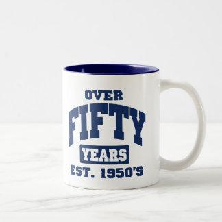 Över den 50th födelsedagen Två-Tonad mugg