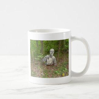 Övergett i skogen kaffemugg