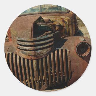 Övergiven gammal lastbil runt klistermärke