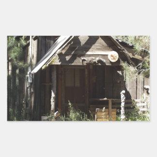 Övergiven kabin i skogen rektangulärt klistermärke