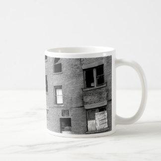 Övergiven lägenhet för hyra kaffemugg