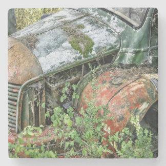 Övergiven vintagelastbil stenunderlägg