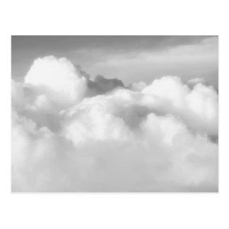Överträffa av cumulusen nimbus. vykort