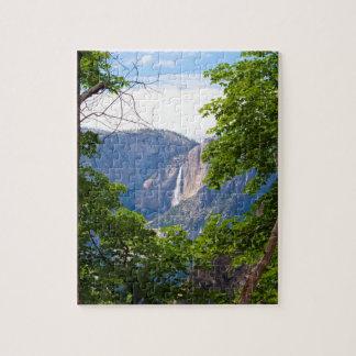 ÖvreYosemite Falls som inramas av löv (lodrät) Pussel