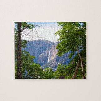 ÖvreYosemite Falls som inramas av löv (vågrät) Pussel