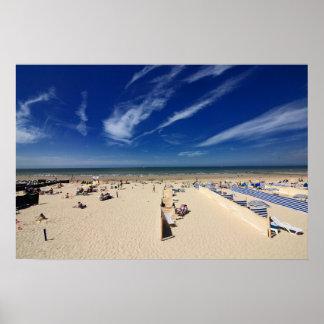 På stranden blå himmel poster