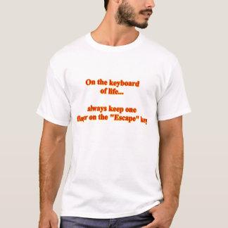 På tangentbord av den humoristiska roliga humorn tee shirts