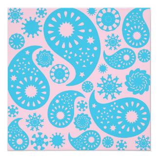 Paisley mönster i rosor och turkosblue.en fyrkantigt 13,3 cm inbjudningskort