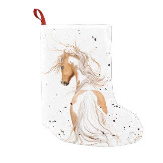 Palominoen målar ponnyn vid den Bihrle julstrumpan Liten Julstrumpa