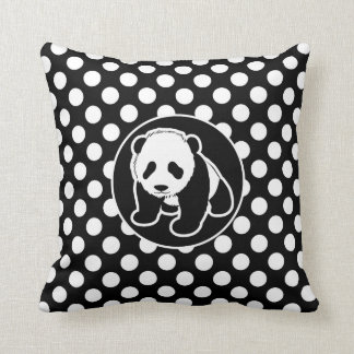 Panda på svartvit polka dots kudde