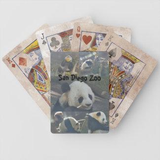 Panda som leker kort spelkort