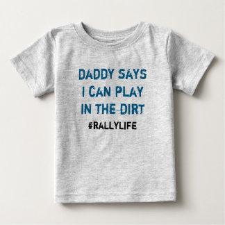 Pappanågot att sägalek i smuts tshirts