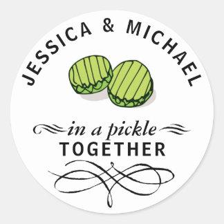 Par i en knipa personifierade tillsammans runt klistermärke