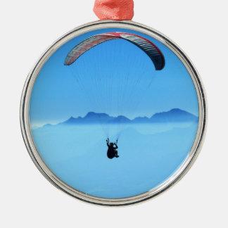 Paraglider på blåttbakgrund med berg julgransprydnad metall