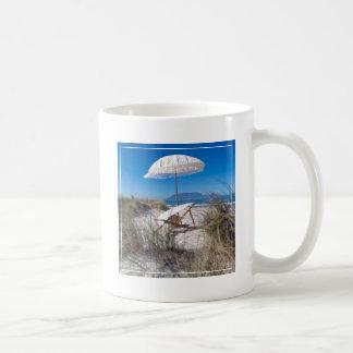 Paraply och stol på strand kaffemugg