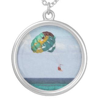 Parasailing för två kvinnor i Bahamas Silverpläterat Halsband