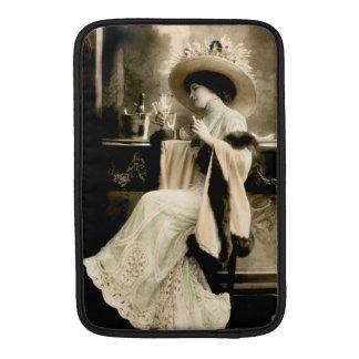 Parisian kvinna som 1900 dricker champagne MacBook air sleeves