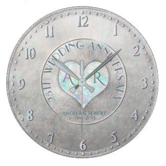 Pärlemorfärg bröllopsdag för silverhjärtaMonogram Stor Klocka