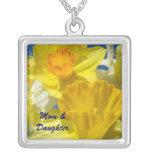 Påskliljar för gult för mamma- & dotterhalsbandgåv halsband