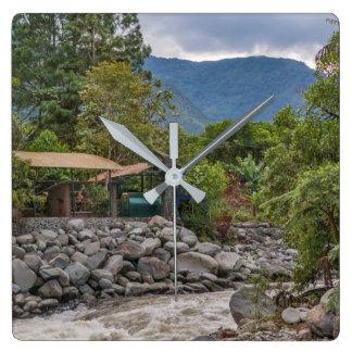 Pastaza flod och lövrika berg i Banos Ecuador Fyrkantig Klocka