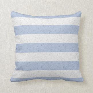 Pastellfärgade blått- och vitrandar kudde